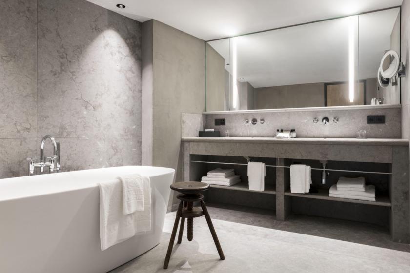 Junior Suite - Bathroom (Axel Vervoordt)