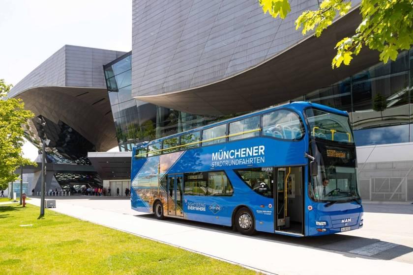 Stadtrundfahrt Blauer Bus Sightseeing vor BMW Welt