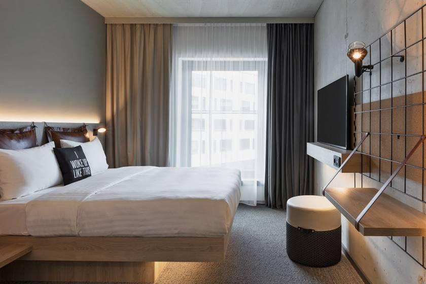 Hotel Moxy München Ostbahnhof Room Queen 01