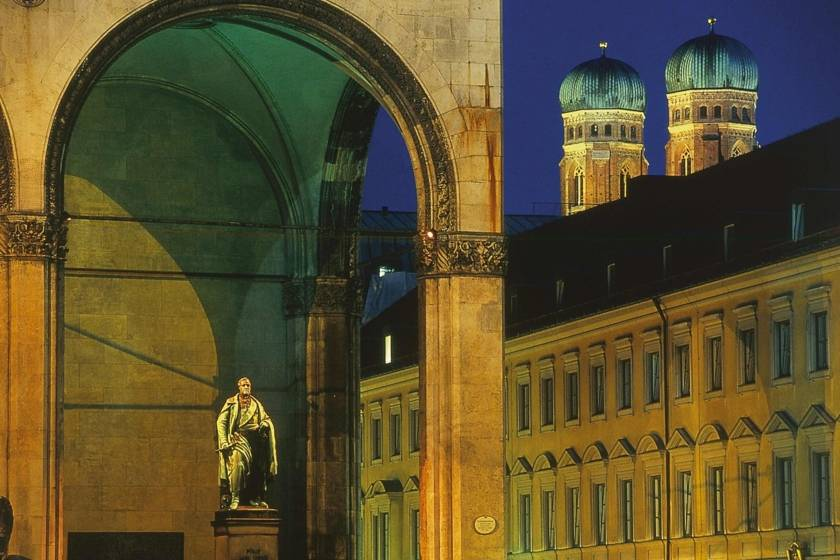 Feldherrnhalle mit Frauenkirche 1099