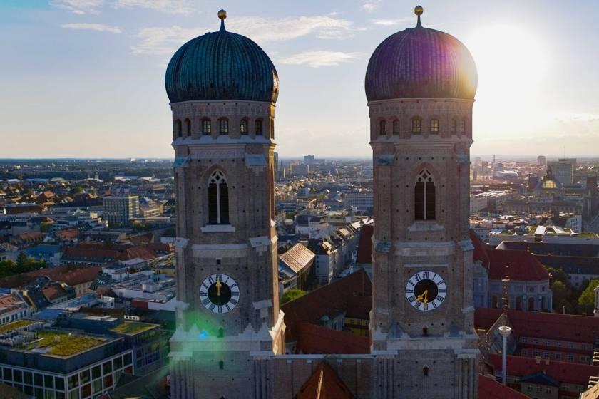 Frauenkirche Türme Gegenlicht RE0014