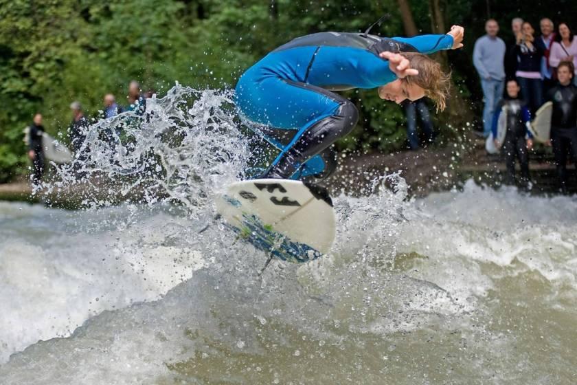 Surfer am Eisbach Sprung 1427