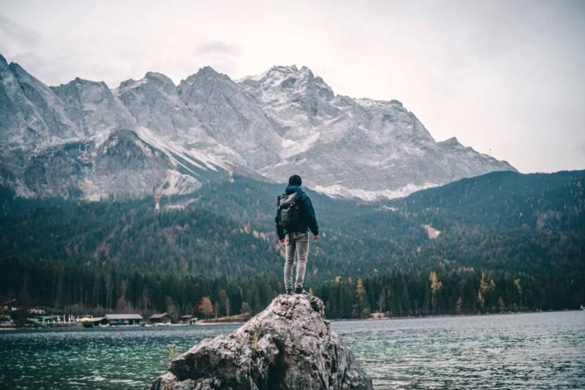 Garmisch Eibsee Mann auf Felsen