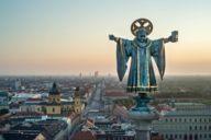 Das Münchner Kindl ist die verkindlichte Form eines Mönchs, der bereits seit dem 13. Jahrhundert das Stadtwappen ziert.