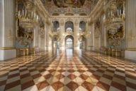 Im Steinernen Saal im Schloss Nymphenburg wurde der Märchenkönig Ludwig II. am 26. August 1845 getauft. Das Schloss zählt zu den großen Barockschlossanlagen Deutschlands.