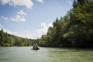 The Isar can be navigated with a raft, rubber dinghy or like here with a canoe.