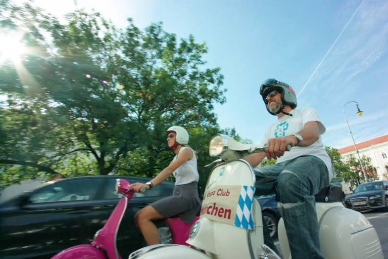 2 Vespa drivers in front of the University of Munich