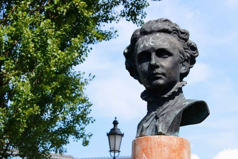 The bust of King Ludwig II at the Corneliusbrücke in Munich.