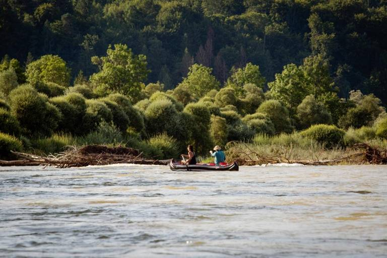 A woman and a man in a canoe on the Isar River.