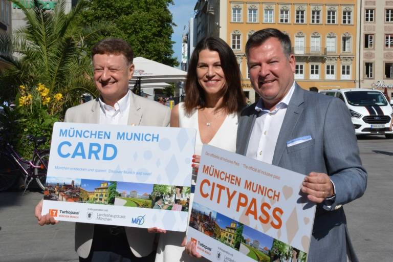 Prof. Wolfgang Heckl, Prof. Marion Kiechle, Mayor Josef Schmid presenting the new guest cards in Munich.