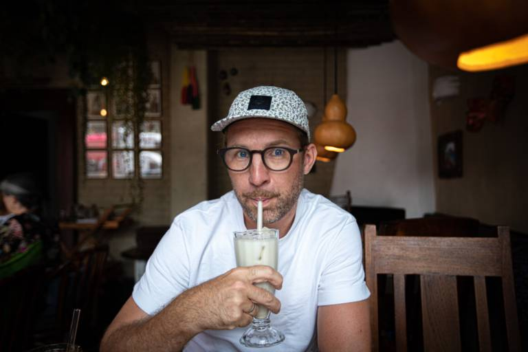 Influencer Thies Philipp Janknecht-Bühler and author of the blog uberding drinks a cocktail in Munich.