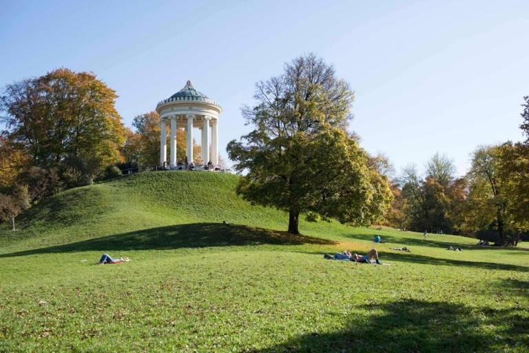 Monopteros im Englischen Garten München wärend des Herbstes.